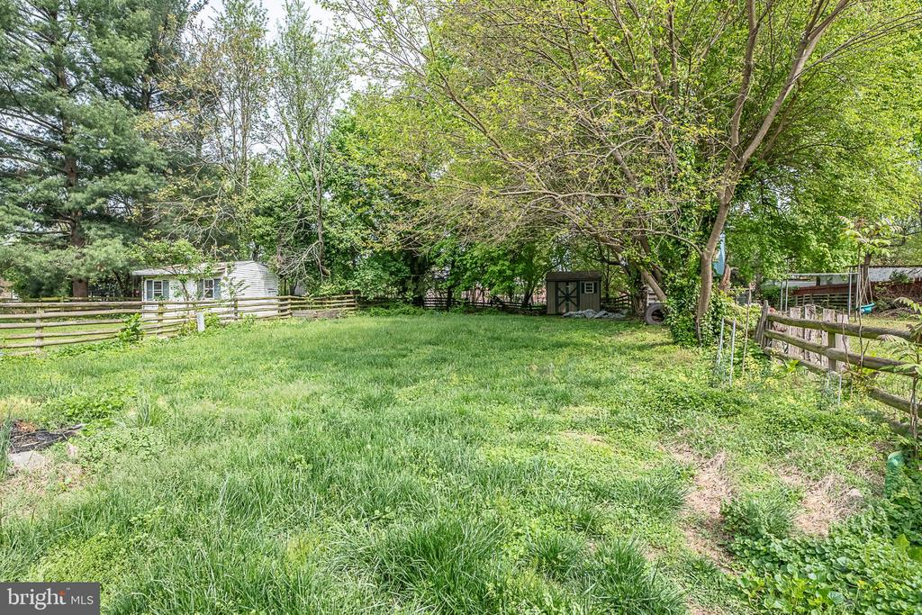 .21 acre fenced in yard - 708 EDWARDS FERRY RD NE, LEESBURG