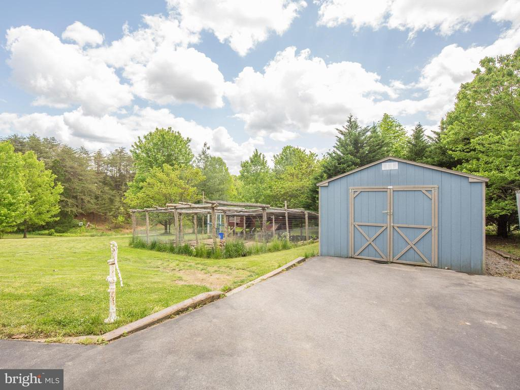 Garden area and extra storage! - 87 LONESOME FLATS RD, FRONT ROYAL