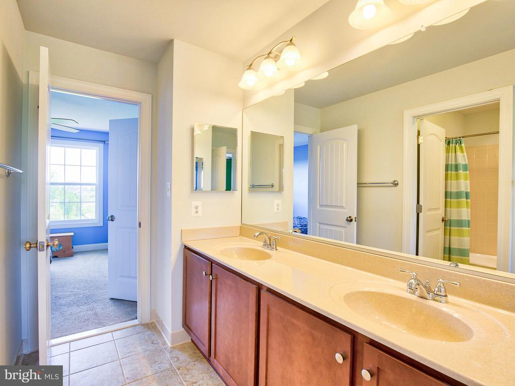 Jack and Jill Bath - 308 SAINT ANDREWS CT, WINCHESTER
