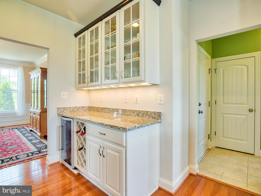 Butler Pantry with Wine Cooler - 308 SAINT ANDREWS CT, WINCHESTER