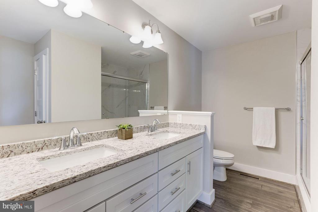 Master bathroom granite and double sinks - 109 WILSON AVE NW, LEESBURG