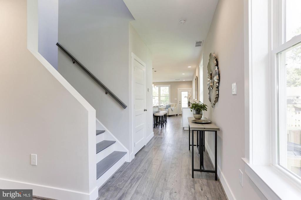 Bright and Modern - 109 WILSON AVE NW, LEESBURG