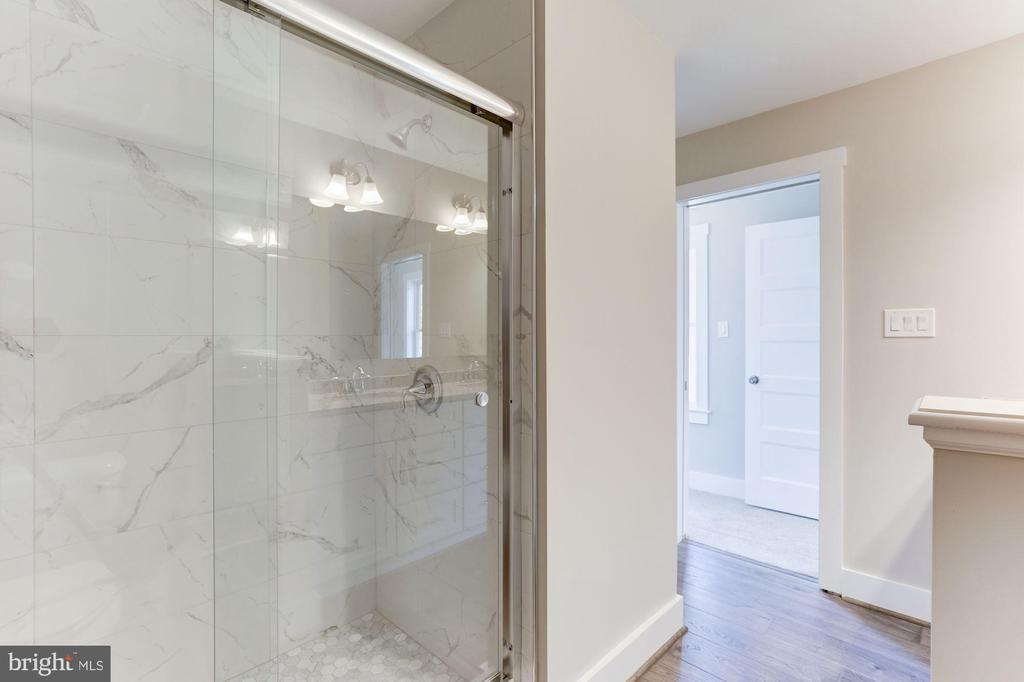 Large walk in shower - 109 WILSON AVE NW, LEESBURG