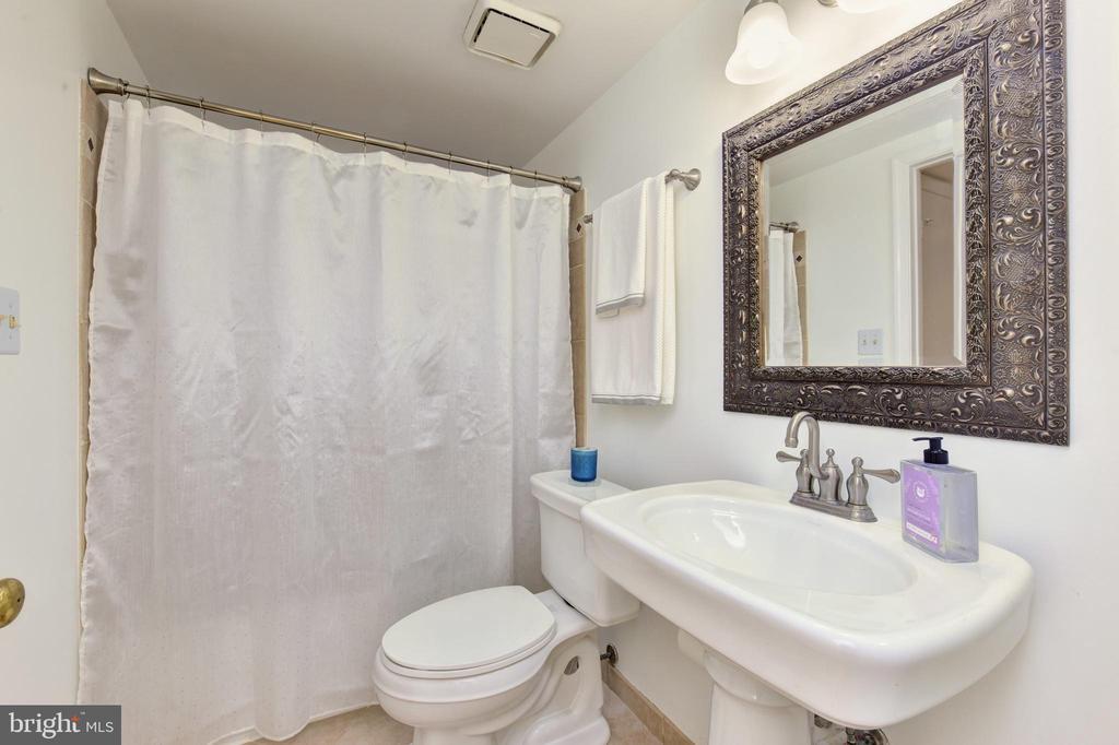 Bathroom - 2809 S WOODROW ST #A, ARLINGTON