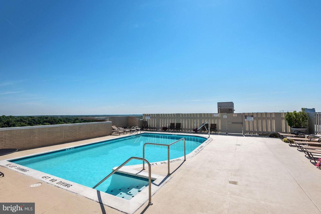 Rooftop pool - 11800 SUNSET HILLS RD #126, RESTON