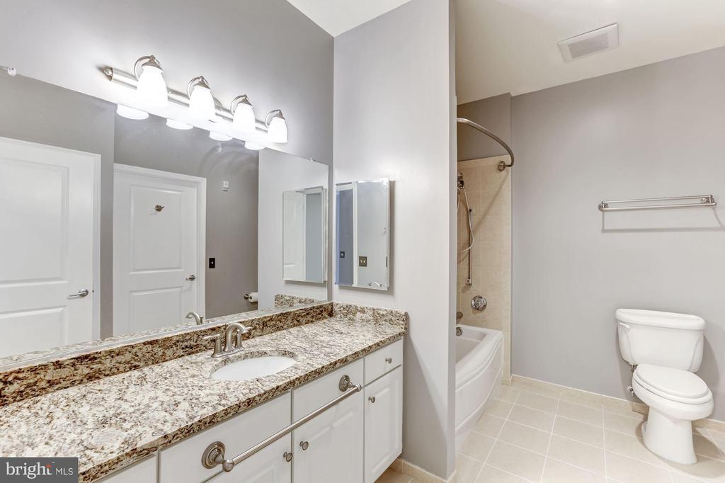 Master bathroom - 11800 SUNSET HILLS RD #126, RESTON
