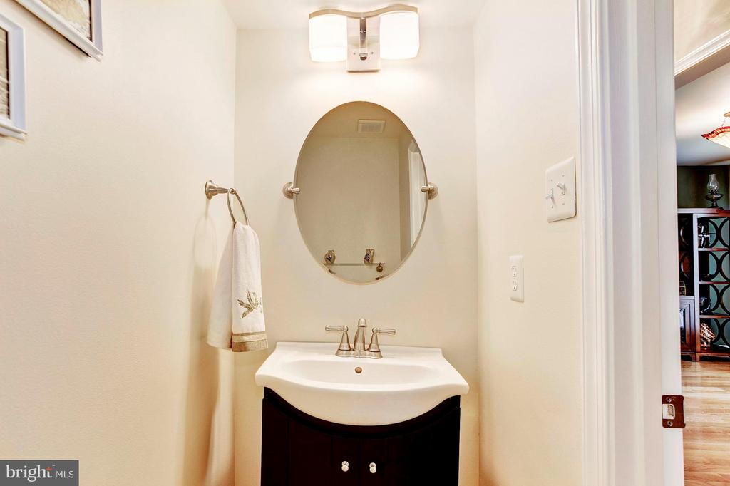 Remodeled Powder Room - 7814 MORNING GLEN LN, ALEXANDRIA