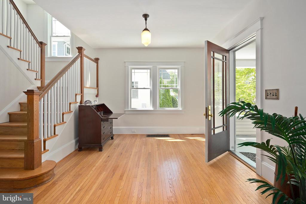 Spacious, bright entry foyer - 801 N JACKSON ST, ARLINGTON