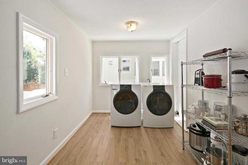 Laundry easily done on main level, in sunny spot - 801 N JACKSON ST, ARLINGTON