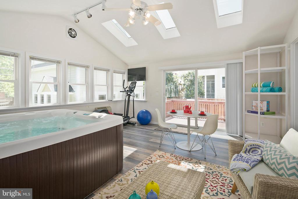 Hottub, high ceilings, and skylights! - 801 N JACKSON ST, ARLINGTON