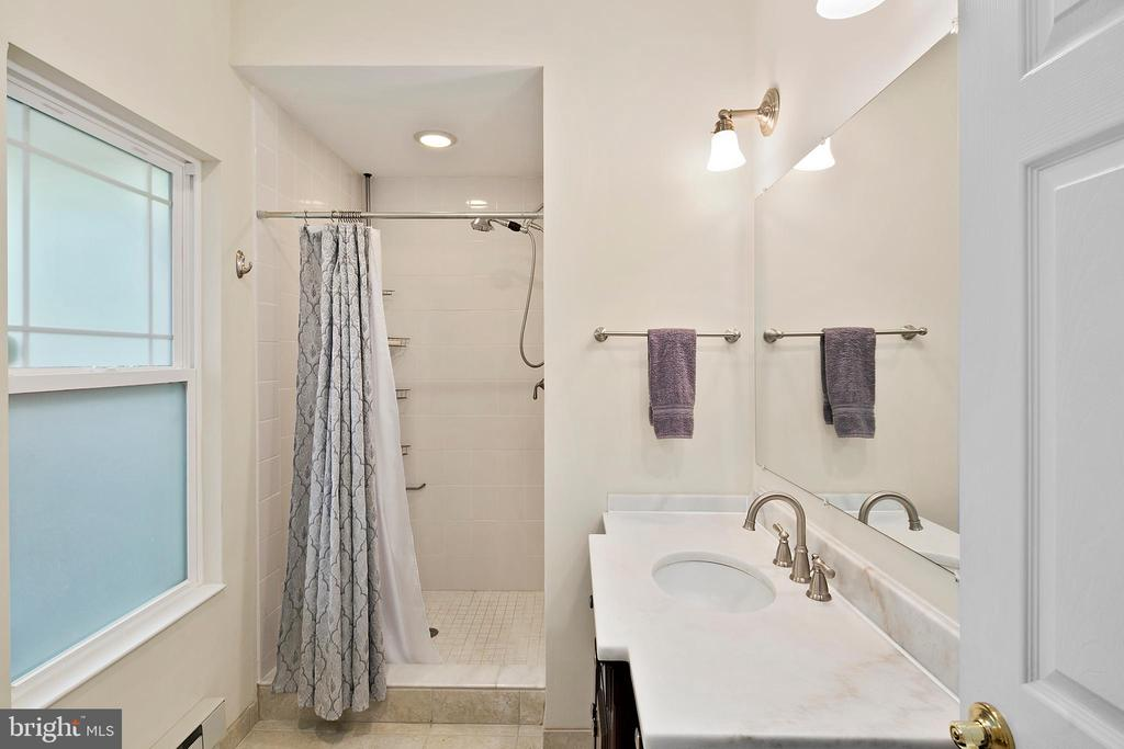 Carriage House full bath - 801 N JACKSON ST, ARLINGTON