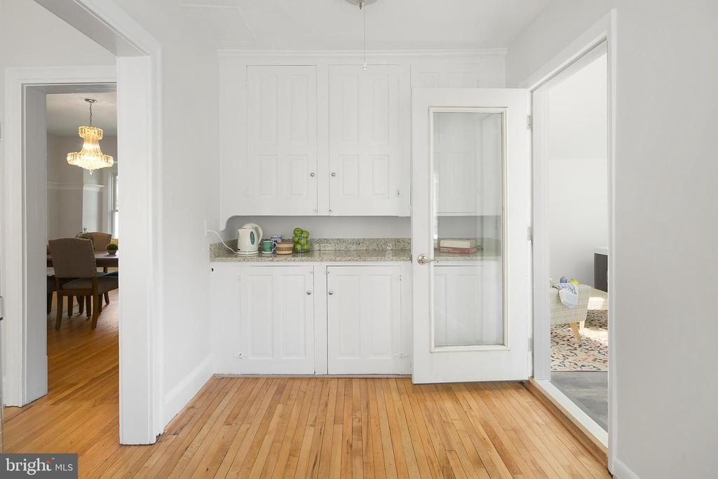 Butlers pantry with additional storage - 801 N JACKSON ST, ARLINGTON
