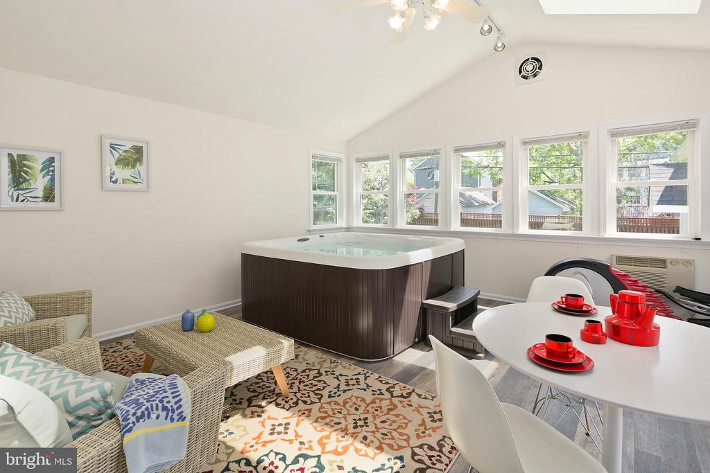 Family room addition: ideal for re-charging. - 801 N JACKSON ST, ARLINGTON