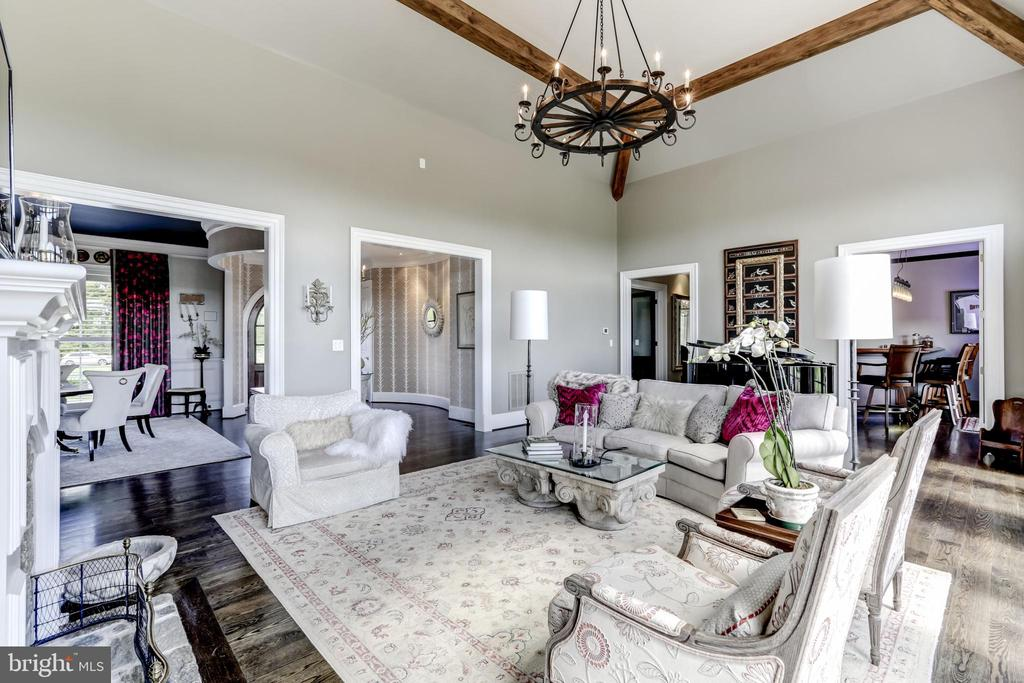 Grand chandelier and wood beams - 22883 CREIGHTON FARMS DR, LEESBURG