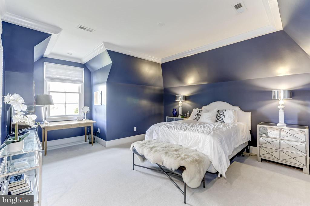 Upstairs Bedroom with full bath and walk in closet - 22883 CREIGHTON FARMS DR, LEESBURG