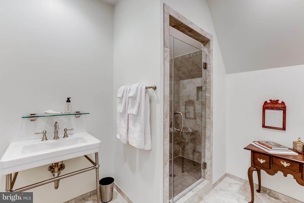 Au-Pair suite full bathroom - 22883 CREIGHTON FARMS DR, LEESBURG