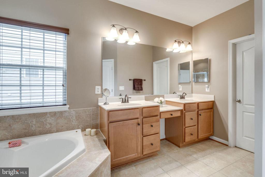 Double vanity and make up area - 43172 FLEUR DR, LEESBURG