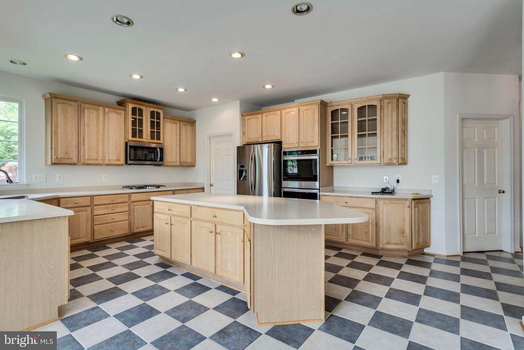 Ceramic tile floors & brand new stainless applncs - 3813 NALLS RD, ALEXANDRIA