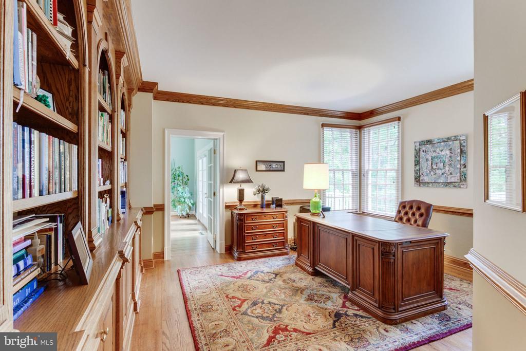 Office with built-ins! - 3530 SAINT AUGUSTINE LN, OAKTON