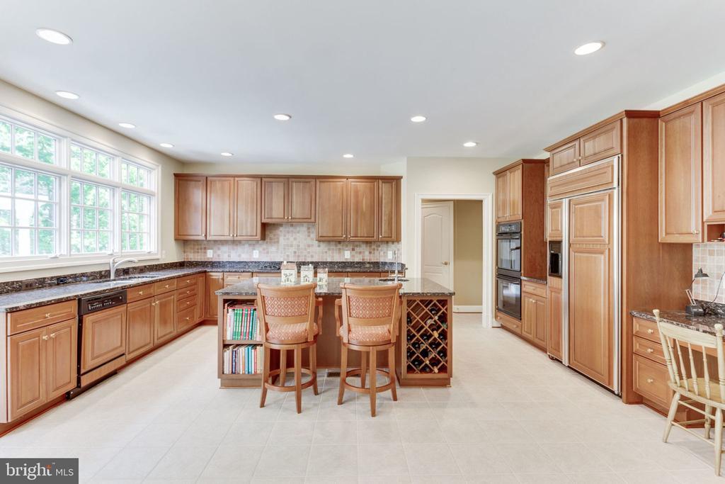 Spacious kitchen with Center Island - 3530 SAINT AUGUSTINE LN, OAKTON