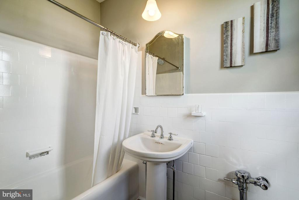 Charming Full Bath - 3900 CONNECTICUT AVE NW #506-G, WASHINGTON
