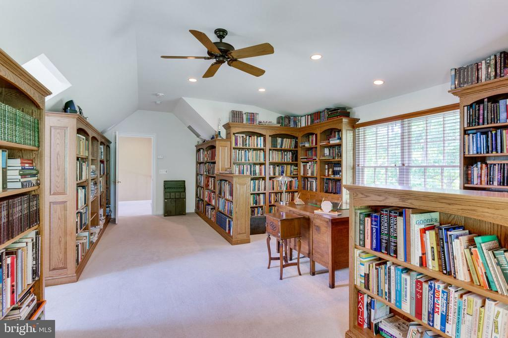 Library with built-in bookcases! - 3530 SAINT AUGUSTINE LN, OAKTON