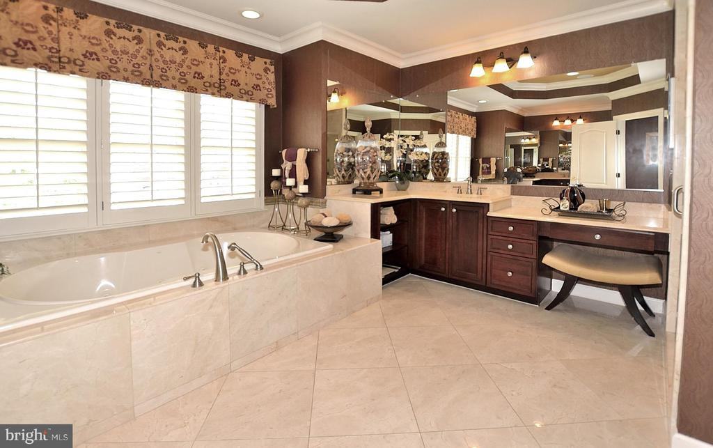 OWNERS BATH WITH JETTED TUB - 4653 AUTUMN GLORY WAY, CHANTILLY