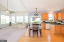 Sun-filled FR, gleaming hardwoods in kitchen - 1709 FAIRLEIGH CT NE, LEESBURG