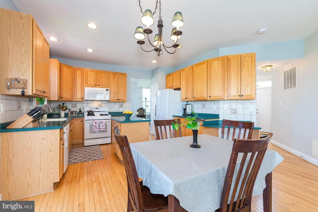 Kitchen- tons of cabinet space! - 1709 FAIRLEIGH CT NE, LEESBURG
