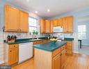 Center island for prep work - 1709 FAIRLEIGH CT NE, LEESBURG