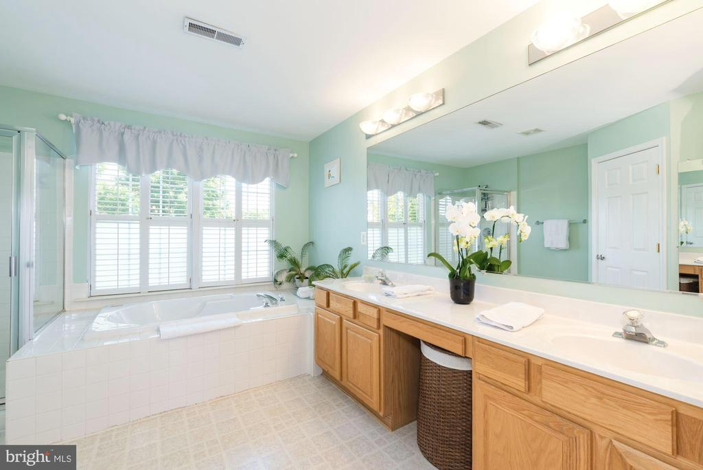 Garden tub, separate shower, commode room - 1709 FAIRLEIGH CT NE, LEESBURG