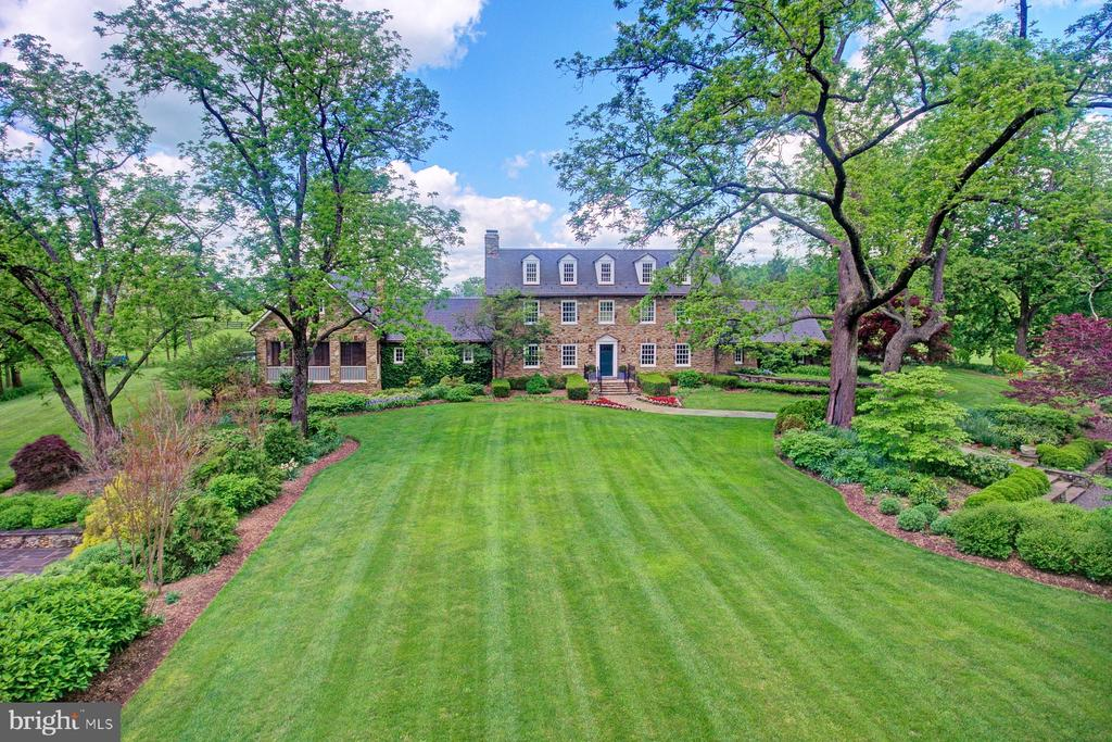 Exquisite landscaping - 22941 FOXCROFT RD, MIDDLEBURG