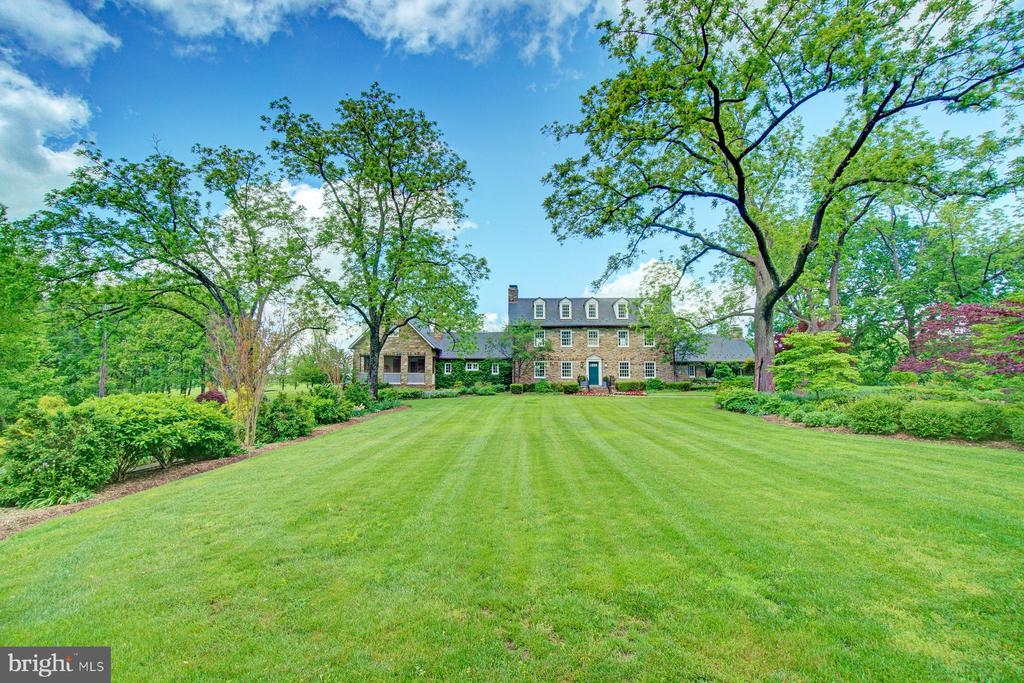 Large manicured front lawn - 22941 FOXCROFT RD, MIDDLEBURG