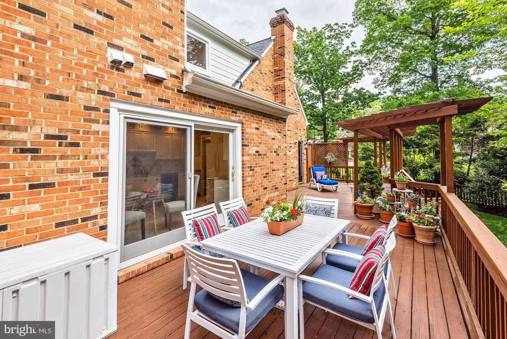 Large deck off kitchen and family room. - 3905 PICARDY CT, ALEXANDRIA