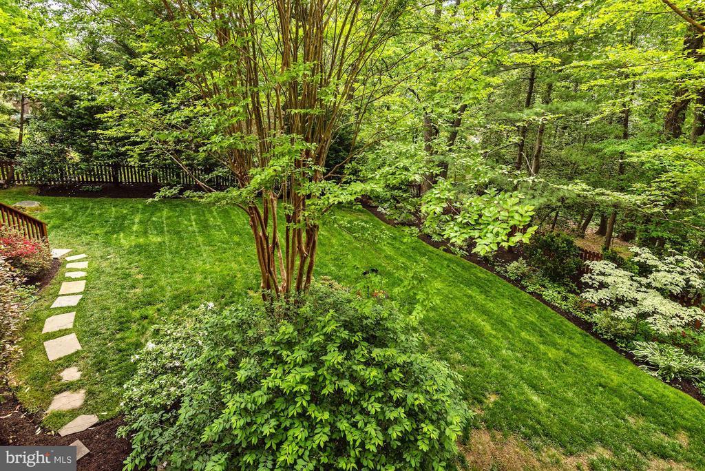 Backyard pathways - 3905 PICARDY CT, ALEXANDRIA