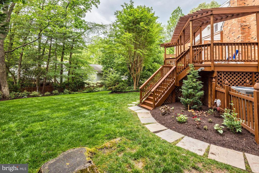 Large fenced back yard for play or pets. - 3905 PICARDY CT, ALEXANDRIA