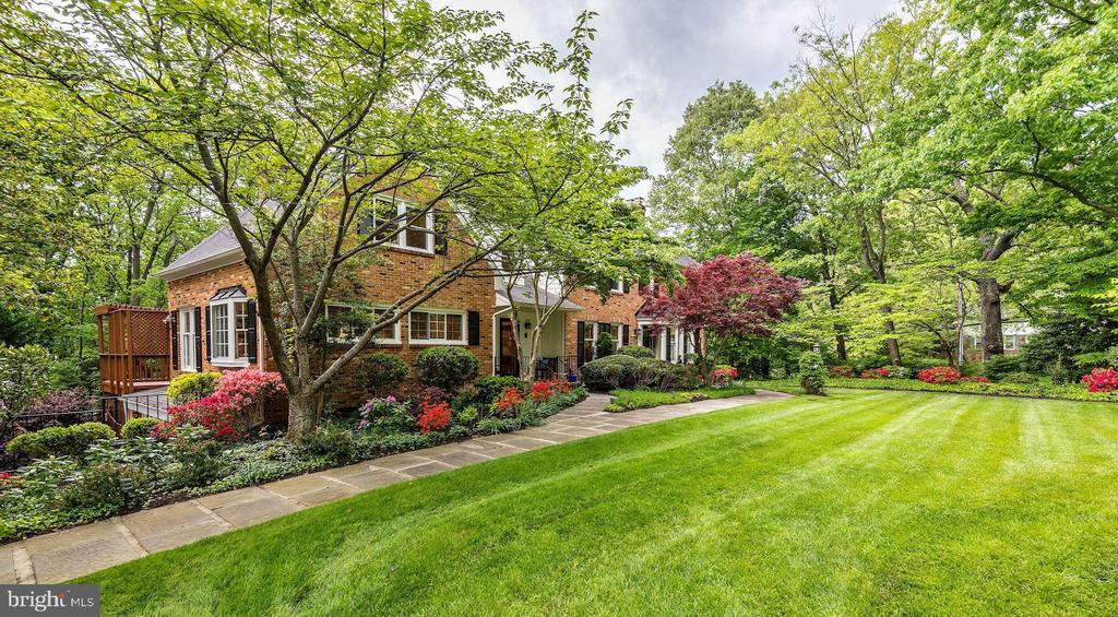 Professional hardscaping and landscaping. - 3905 PICARDY CT, ALEXANDRIA
