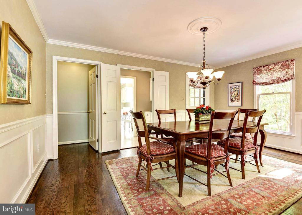 Formal dining room w/ chair railing and moldings. - 3905 PICARDY CT, ALEXANDRIA