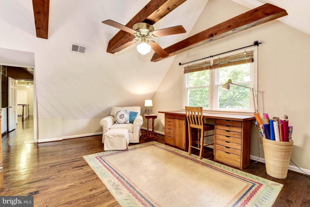 Upstairs loft for reading nook or crafts - 3905 PICARDY CT, ALEXANDRIA