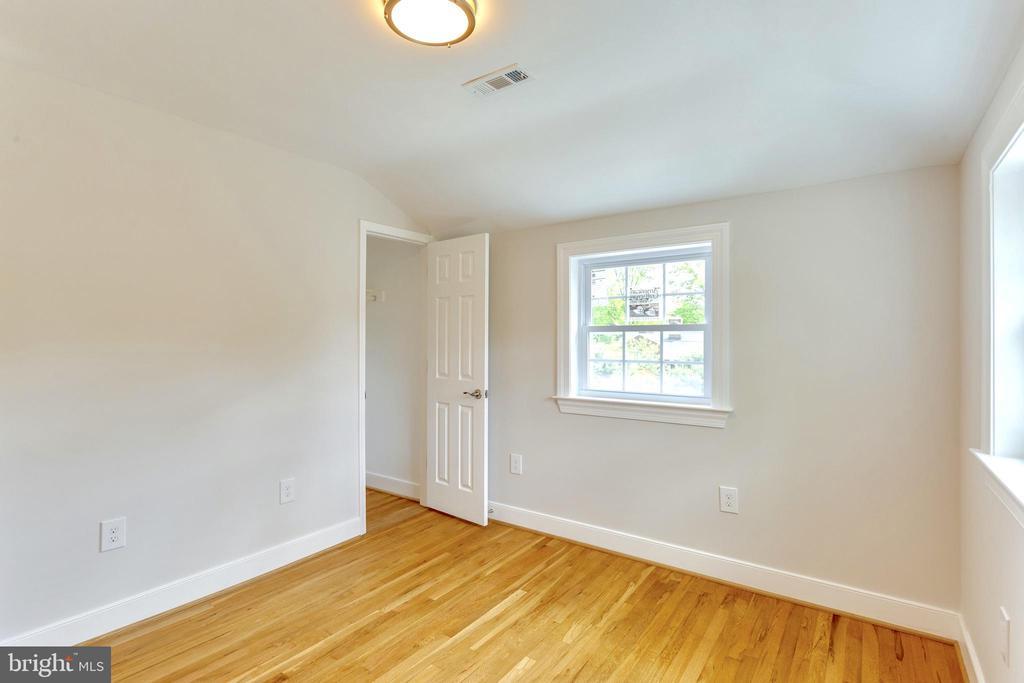 Spacious bedroom #2 with beautiful Hardwood floor - 5469 DAWES AVE, ALEXANDRIA