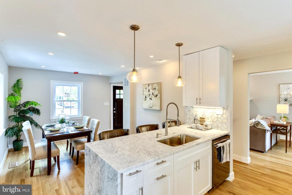 Spacious and well planned kitchen is pure luxury - 5469 DAWES AVE, ALEXANDRIA