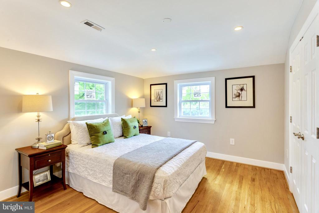 Airy and bright master bedroom with en Suite - 5469 DAWES AVE, ALEXANDRIA