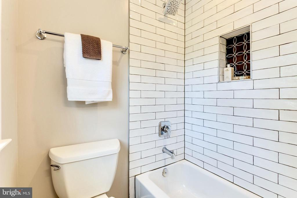 Upper level bright and sunny bathroom - 5469 DAWES AVE, ALEXANDRIA
