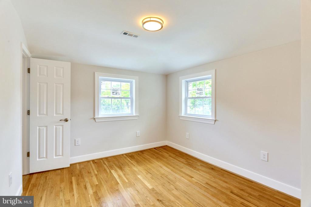 2nd Upper Level Bedroom full of natural light - 5469 DAWES AVE, ALEXANDRIA