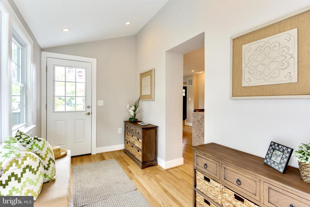 Two separate entrances to the mudroom - 5469 DAWES AVE, ALEXANDRIA