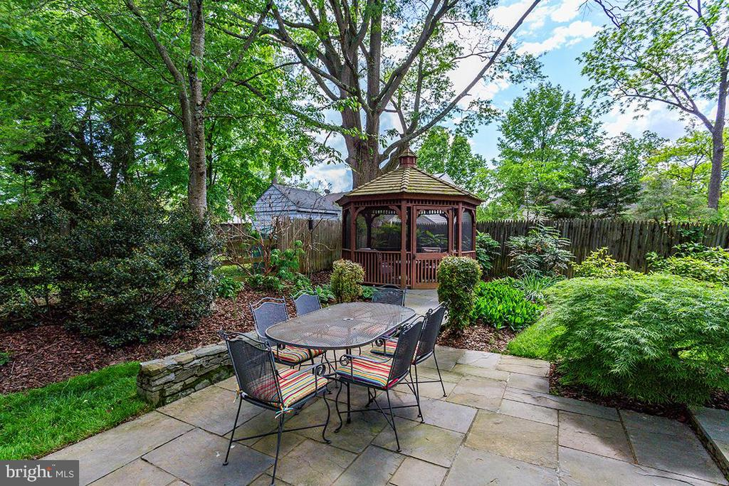 Private landscaped backyard - 6418 BROAD ST, BETHESDA