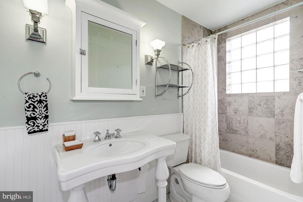 Guest Bathroom - 304 3RD ST SE, WASHINGTON