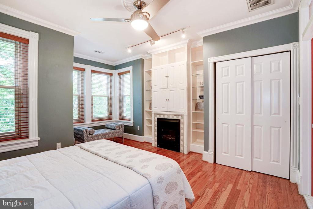 Master Bedroom with Gas Fireplace and built-ins - 304 3RD ST SE, WASHINGTON