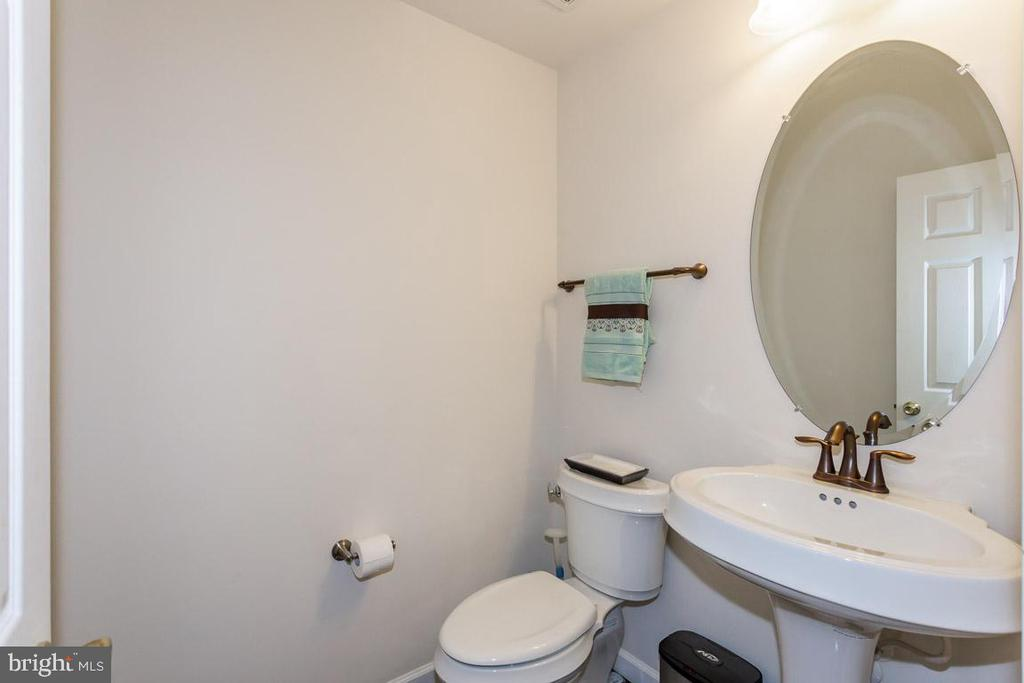 Main level powder room - 1076 DECATUR RD, STAFFORD