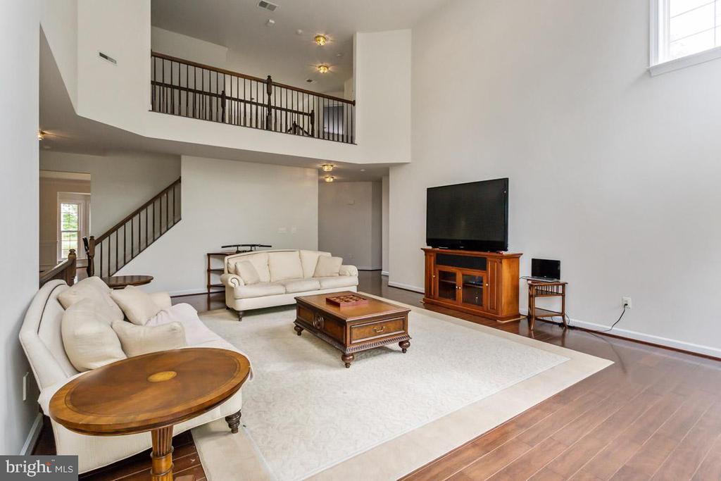 2 story family room with 2nd floor overlook - 1076 DECATUR RD, STAFFORD
